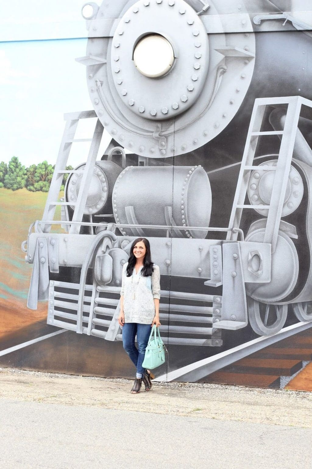 Fashion blogger, spring style, train mural