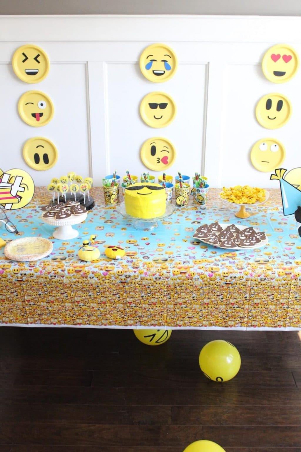 Birthday, Emoji Party, Theme Party, Tablescape, DiY Backdrop