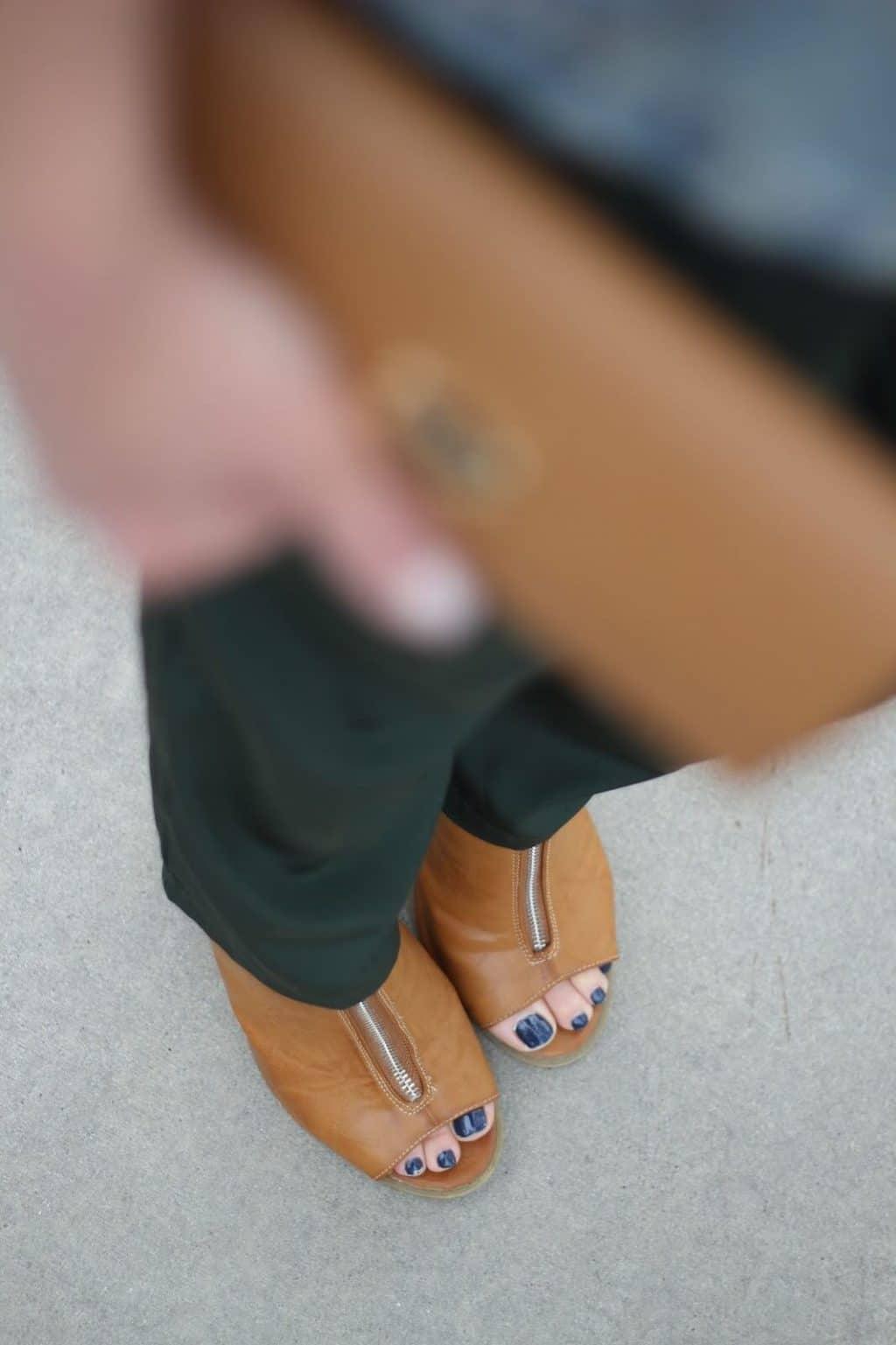 Dressy jogging pants with heels